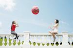 ボール遊びをする若い女性