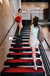階段を上る二人の女性