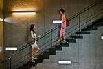 階段で向かい合う二人の女性