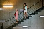 階段で話す女性
