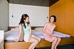 ベッドに座る二人の女性