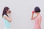 写真を撮り合う女性
