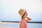 海で帽子を被った女性