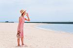 砂浜で叫ぶ女性