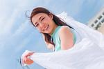 白い布を持つ女性