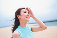 空を見上げる笑顔の女性