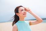 汗を拭く笑顔の女性
