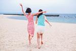 砂浜を走る二人の女性