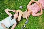 芝生に寝転ぶ二人の女性