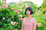 花の前に立つ女性