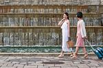 公園を歩く女性二人