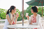 ガーデンテーブルで会話する女性