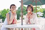 ソフトクリームを食べる女性