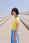 橋の上に立つ女性