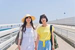 橋を歩く女性二人