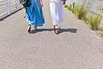 歩く女性二人の足元
