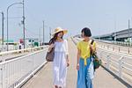 会話しながら歩く女性二人