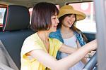 カーナビを設定する女性ドライバー