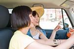 会話しながらドライブする女性