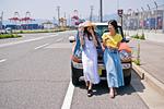 車の前で会話する女性二人