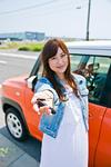車の前で鍵を見せる女性