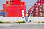 バス停に立つ女性