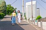 坂道を歩く女性二人