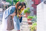 植物を指差す女性