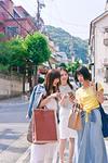 スマホで道を探す女性三人