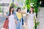 街を歩く女性三人