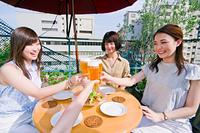 女子会で乾杯をする女性