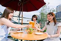 女子会でビールで乾杯する女性