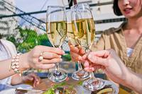 シャンパンで乾杯する女子会