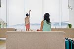 海に向かって手を振る女性