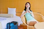 ホテルでスマホを持つ女性