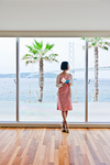 窓際に立つ女性
