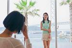 窓際で撮影する女性
