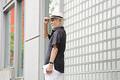 タイトル:帽子を被ったシニア男性