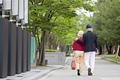 タイトル:散歩をするシニア夫婦