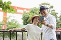 タイトル:スマホで自撮りするシニア夫婦