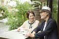 タイトル:カフェでくつろぐシニア夫婦