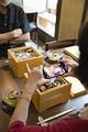 タイトル:料理の写真を取るシニア女性