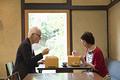 タイトル:食事をするシニア夫婦