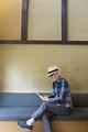 タイトル:タブレットPCを操作するシニア男性
