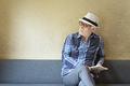 タイトル:読書するシニア男性