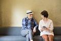 タイトル:寄り添うシニア夫婦