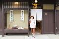 タイトル:店から出るシニア女性