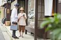 タイトル:店頭ディスプレイを眺めるシニア夫婦