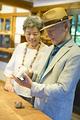 タイトル:商品を手に取るシニア夫婦
