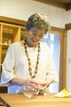 タイトル:商品を手に取るシニア女性